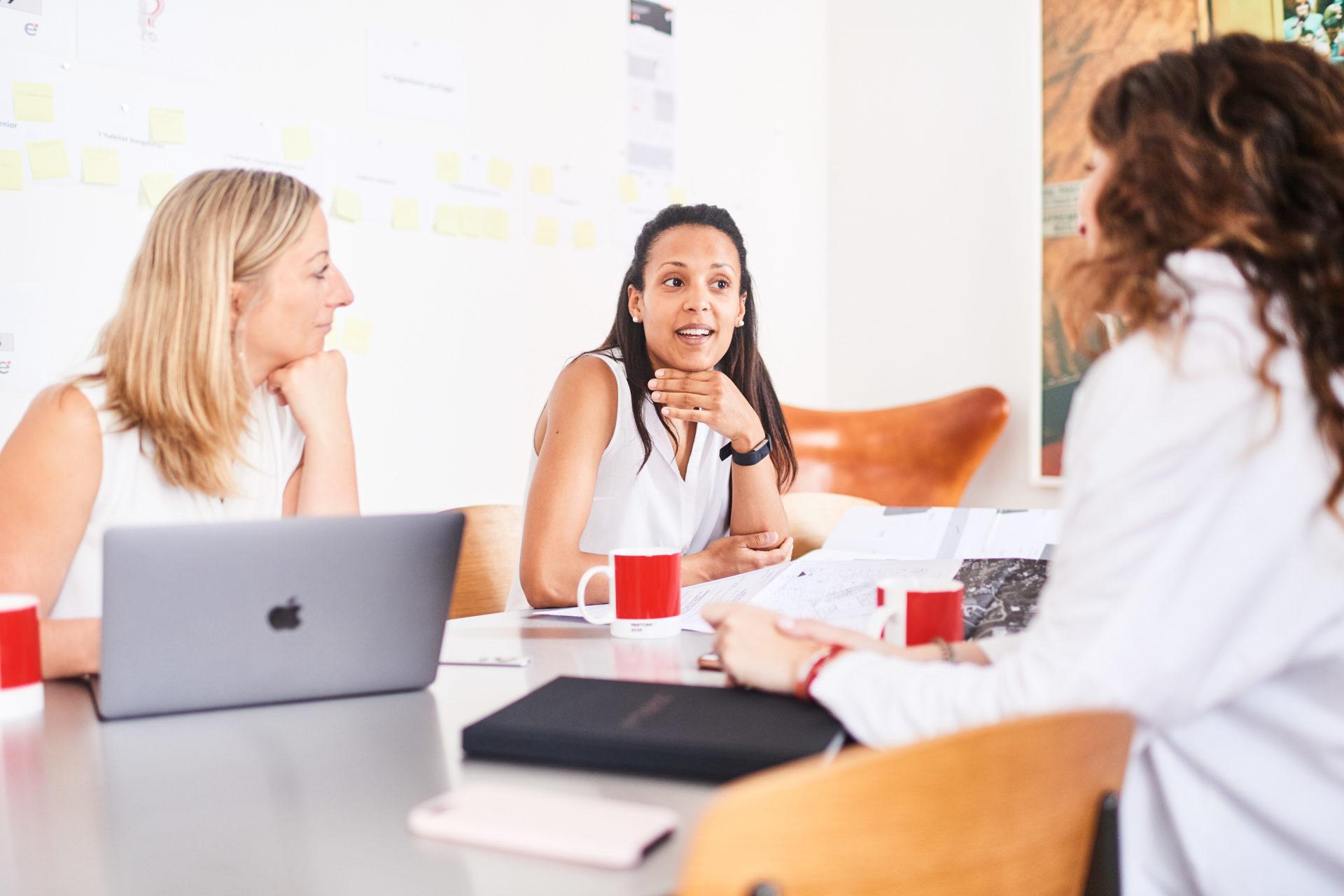 Melissa Simba, Ségolène Vuillaume et Anouk Hirschfeld en réunion chez e-maprod